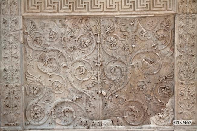 Bas-reliëf rondom onder aan de buitenzijde van de altaarmuur