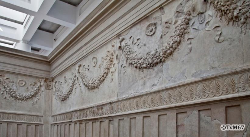 Binnenzijde van de altaarmuur