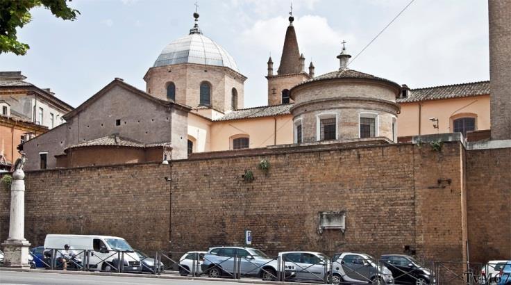 Buitenzijde gezien vanaf de Piazzale Flaminio, met rechtsvóór de koepel van de Cappella Chigi