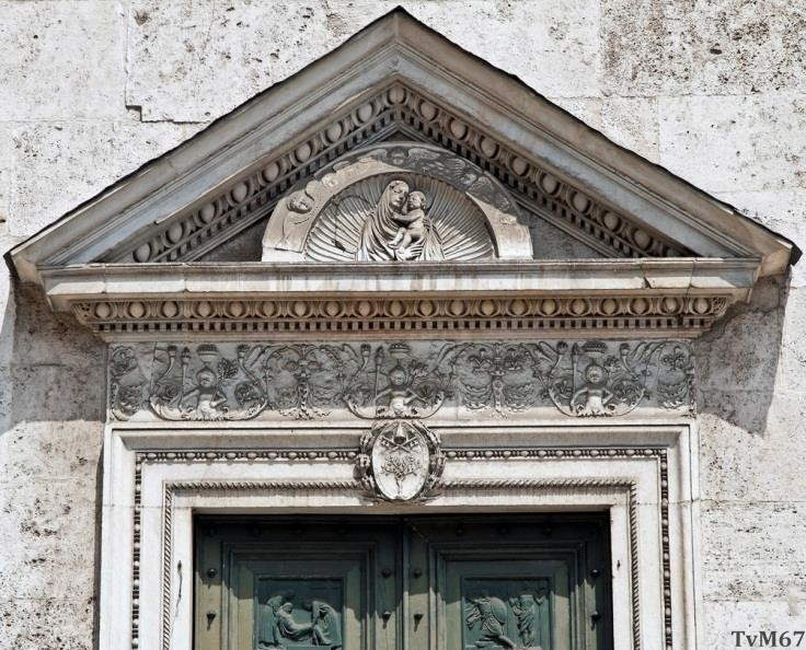 Chiesa di Santa Maria del Popolo- Voorgevel, deurfronton