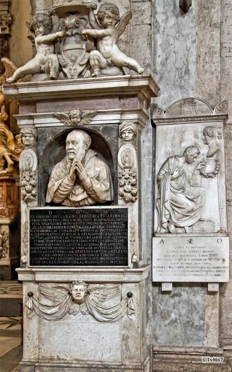 Links naast Cappella Costa, monumenten van Bergomati (links) en van Marini (rechts)