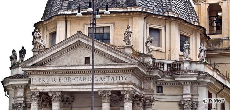 Voorgevel, beelden op de balustrade