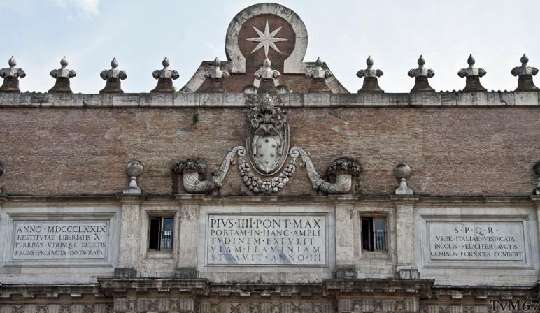 Porta del Popolo, buitenzijde, bovenkant met de stenen tafels en Medici-wapen