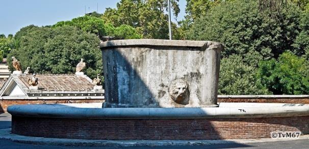 Salita del Pincio, rood granieten fontein