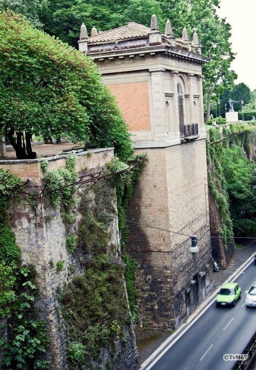 Pincio, Viale del Muro Torto en de 'Vecchio ascensore'