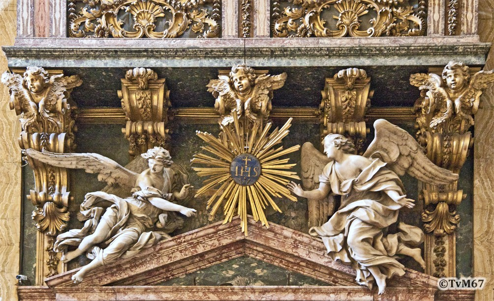 Roma, Chiesa del Gesù, trans li, Altare di Sant'Ignazio, Engelen boven de doorgang li, 2012