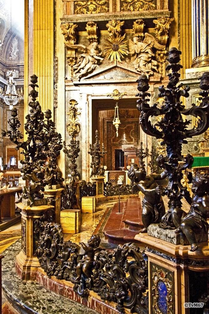 Roma, Chiesa del Gesù, trans li, Altare di Sant'Ignazio, Kandelaars en koorhek, 2009