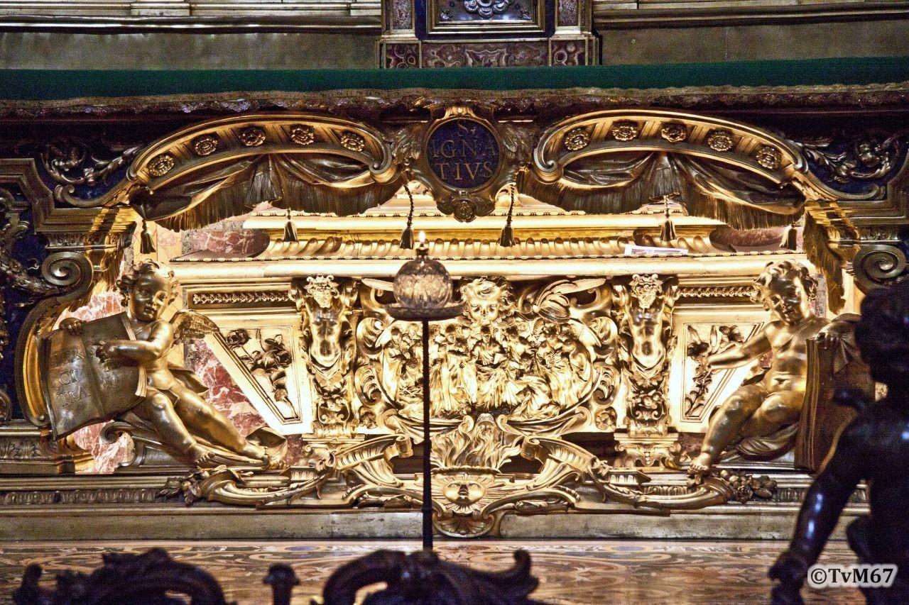 Roma, Chiesa del Gesù, trans li, Altare di Sant'Ignazio, Sarcofaag van Ignatius verlicht, 2011