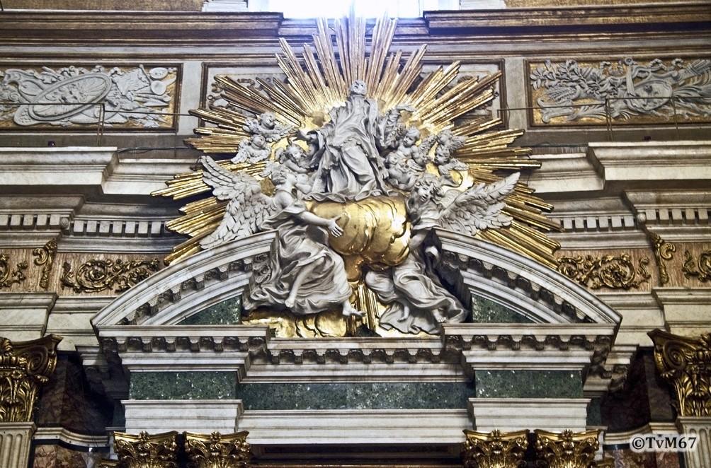 Altare di San Francesco Saverio, timpaan