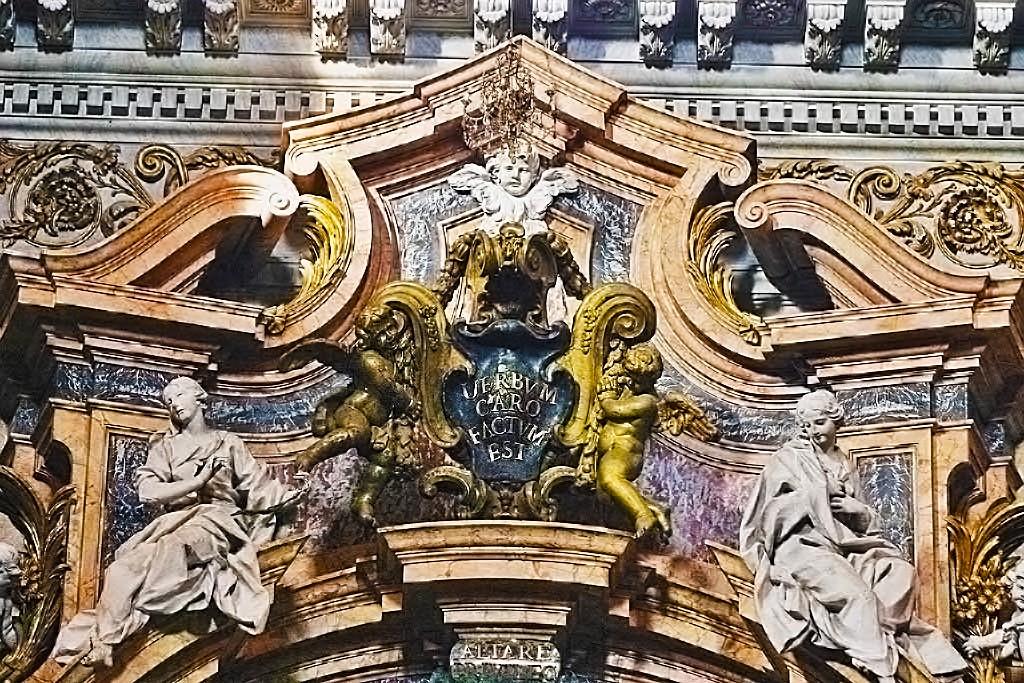 Roma, Chiesa di Sant'Ignazio, Trans re, Altare di San Luigi Gonzaga, Kroonlijst van het altaar (internet)