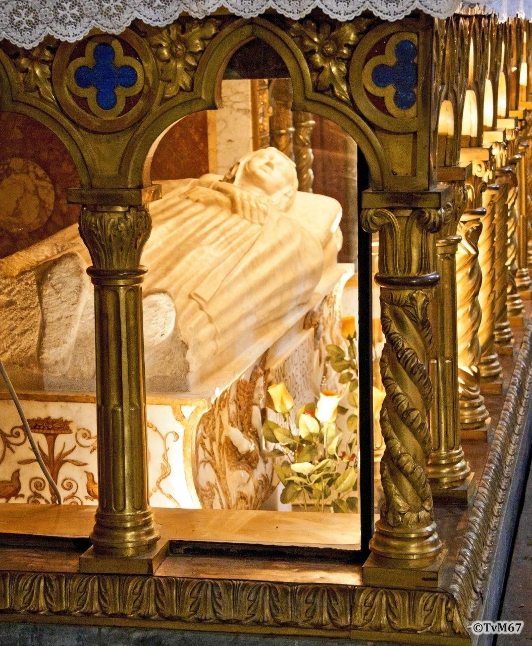 Roma, Chiesa di Santa Maria sopra Minerva, Apsis, altaar, graf Caterina van Siena 2, 2011