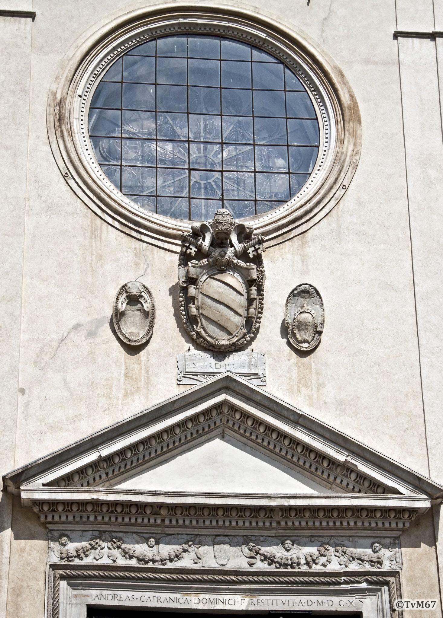 Roma, Chiesa di Santa Maria sopra Minerva, Gevel buitenzijde, rozet en deur, 2011