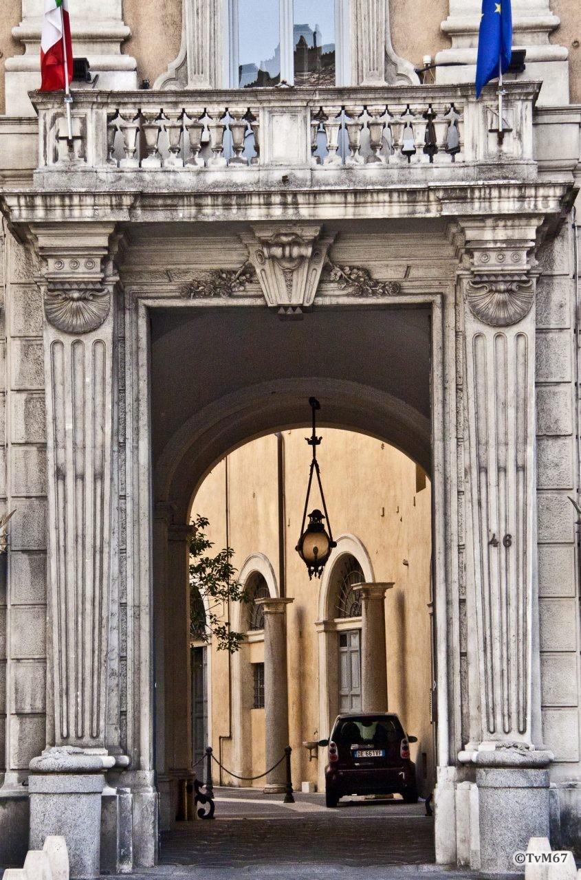Roma, Palazzo Cenci-Bolognetti, portaal