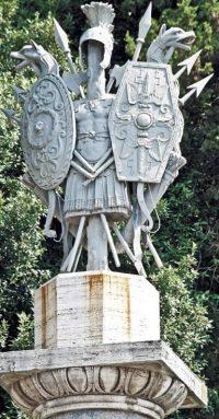 Fontana della Dea Roma, overwinningstrofee op een een van de colonne rostrate